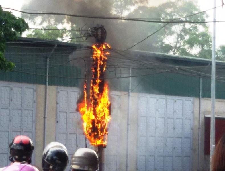 Người dân chỉ dám đứng từ xa nhìn đám cháy