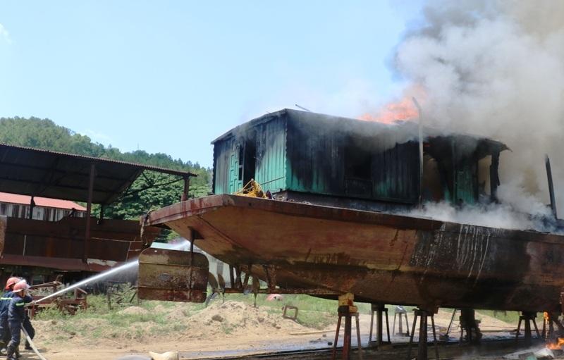 Sau hơn một giờ tích cực chữa cháy, đám cháy đã được dập tắt