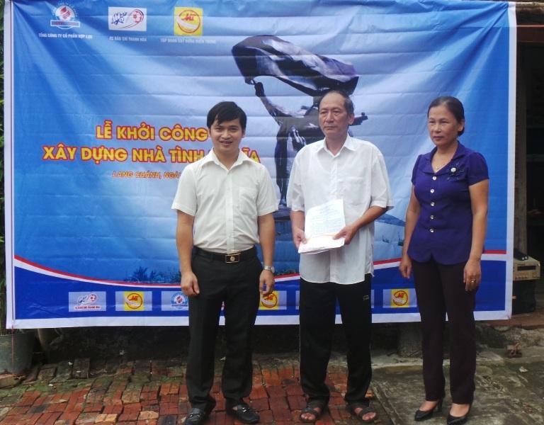 Nhà báo Trần Đại - đại diện CLB FC Báo chí Thanh Hóa trao số tiền ủng hộ xây nhà tình nghĩa đến ông Bùi Thanh Tùng