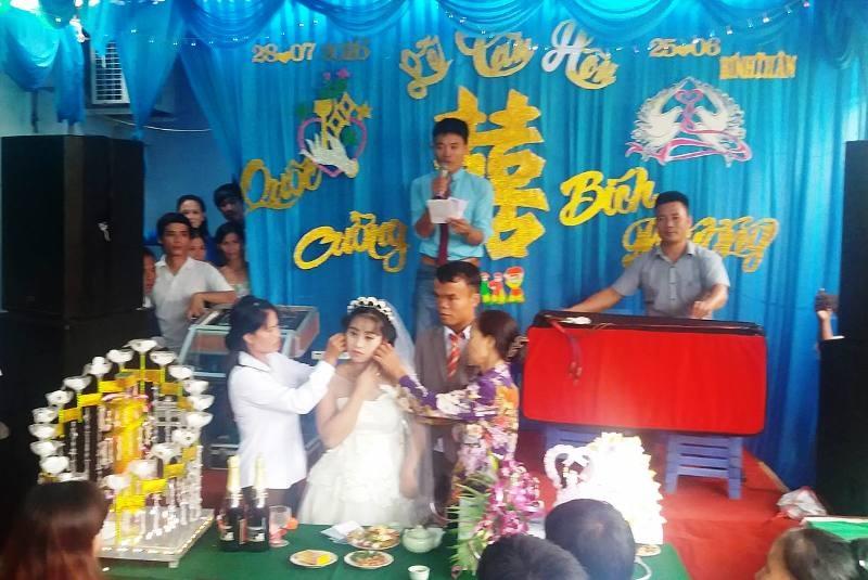 Cô dâu đón nhận món quà của đại diện hai gia đình trong ngày cưới