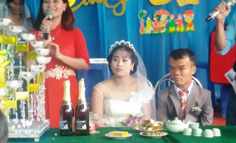 Hai bạn trẻ hạnh phúc trong ngày cưới