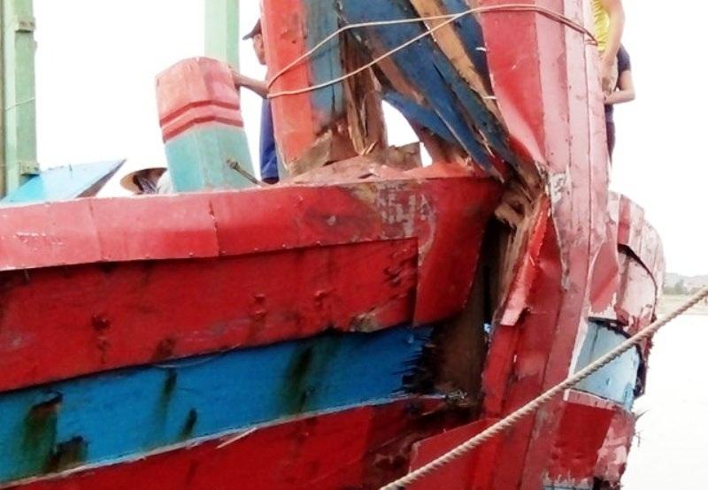 Tàu cá của ngư dân Thanh Hóa bị đâm trên biển
