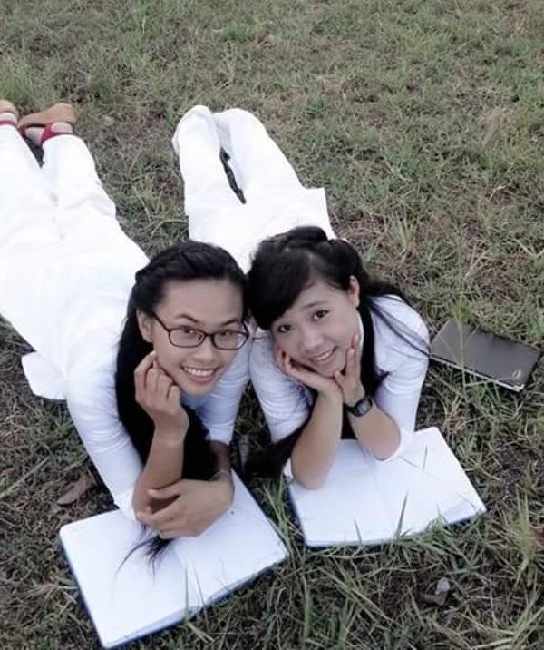 Linh (bên trái) chụp ảnh lưu niệm cùng bạn.