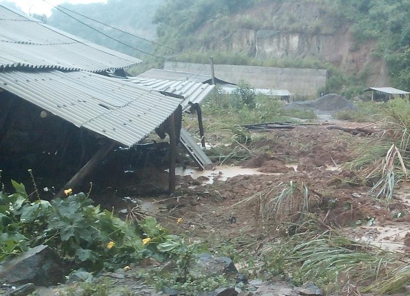 Nhiều nhà dân bị đất đá sạt lở tràn vào nhà