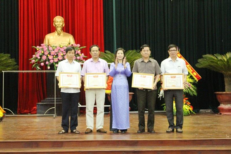 Nhiều đơn vị được khen thưởng vì có thành tích xuất sắc trong phong trào dạy học