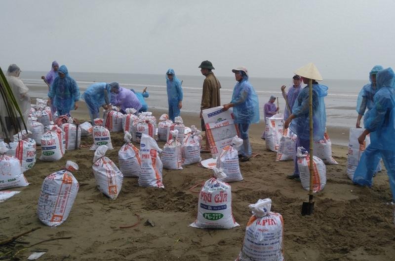 Chuẩn bị các bao tải cát để ngăn nước tràn