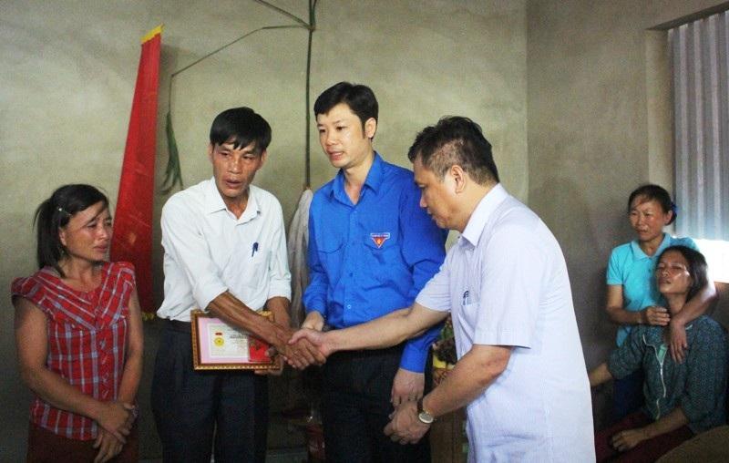 Truy tặng Huy hiệu Tuổi trẻ dũng cảm cho em Hà