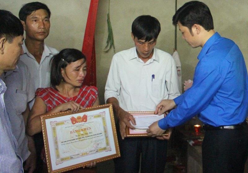 Tỉnh Đoàn Thanh Hóa tặng Bằng khen tới gia đình em Hà