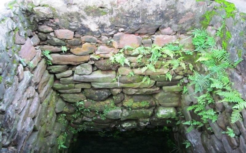 Từ trên xuống dưới được ghè bằng những lớp đá có kích thước khác nhau