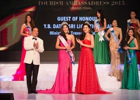 Đây là lý do để cô được lựa chọn làm giám khảo khách mời và trao vương miện cho người chiến thắng.