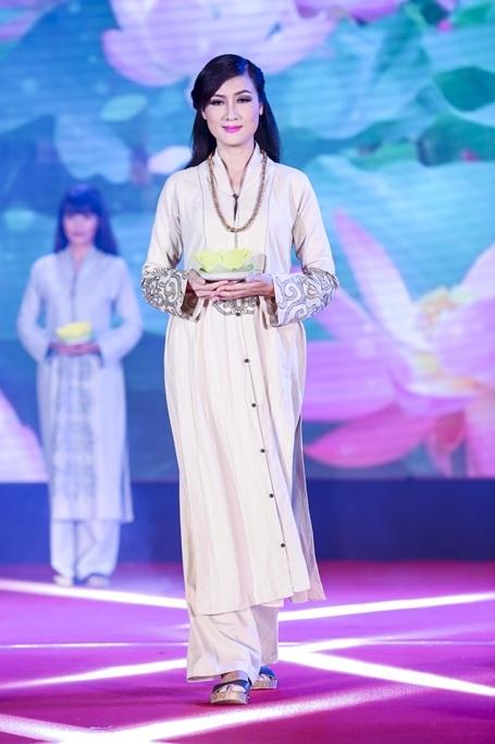 Diễn viên Hiền Mai tham gia trình diễn áo dài.