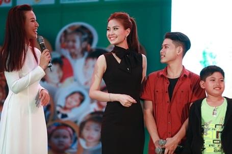 Đồng hành cùng cô là Á hậu Hoàng Oanh trong vai trò MC.