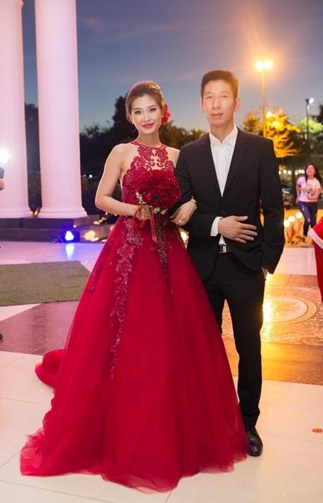 Vào lúc 17h chiều 24/12, Á hậu Diễm Trang và ông xã bước lên ô tô từ nhà di chuyển đến địa điểm đãi tiệc cưới ngay trung tâm thành phố Vĩnh Long. Sau đám cưới ở Vĩnh Long, tiệc cưới chính của Diễm Trang sẽ được diễn ra tại khách sạn 5 sao ở TP.HCM vào ngày 26/12 tới.