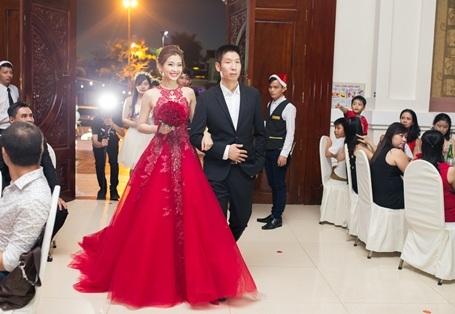 18h phần nghi lễ bắt đầu, Á hậu Diễm Trang hồi hộp bên ông xã doanh nhân tiến vào lễ đường.