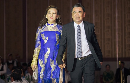 Bố mẹ của Á hậu Diễm Trang bước vào lễ đường.