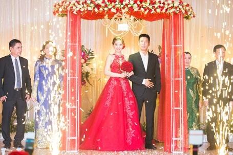 Cặp đôi cùng gia đình hai bên chào quan khách.