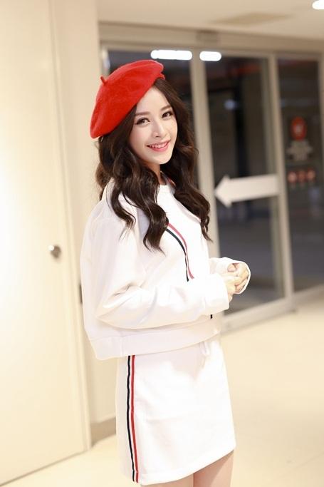 Nữ diễn viên 9X mặc trang phục style giáng sinh kết hợp cùng mũ bere xinh xắn.