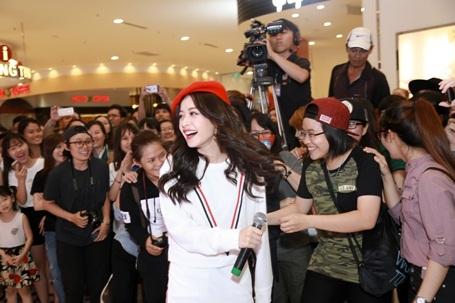 Cô còn rời sân khấu để xuống hát nhảy, tương tác cùng fan. Tiết mục khiến khán giả hò reo nhiệt liệt, hâm nóng không khí sự kiện.