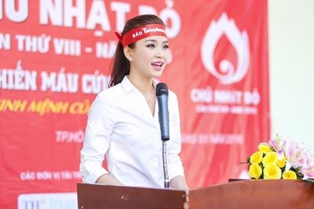 Diễm Trang đã đại diện cho các anh/chị em nghệ sĩ tham gia chương trình đã lên phát biểu, kêu gọi mọi người cùng nhau hiến máu.