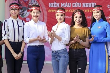 Tại Chủ nhật Đỏ, các người đẹp Việt đã hội tụ cùng nhau, ai cũng háo hức hiến máu và cùng nhau chia sẻ những dự định trong năm 2016.