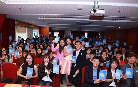Hàng trăm bạn trẻ tham dự buổi họp báo ra mắt sách của nhà văn trẻ Tuệ Nghi tại Hà Nội.