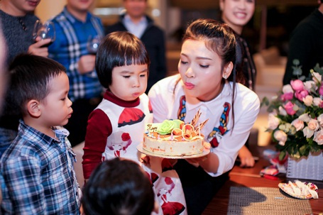 Phạm Phương Thảo thổi nến cùng cháu gái. Niềm vui sinh nhật nhân đôi khi cô được phong tặng danh hiệu NSƯT.