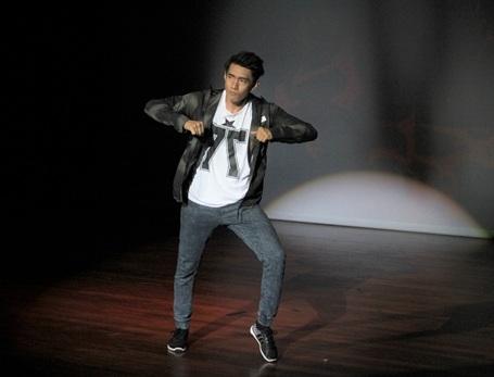 Bên cạnh vai trò cho điểm và nhận xét các phần thi của các bạn sinh viên, Quang Đăng còn trình diễn hai tiết mục nhảy với hai thể loại sở trường là Múa Đương đại và Hiphop.