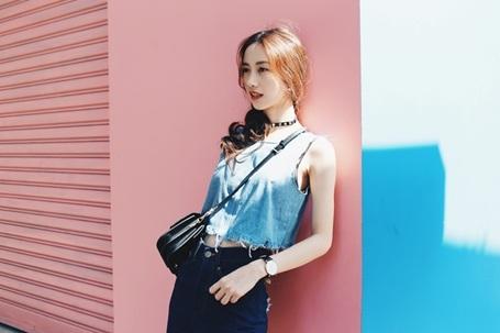 Chia sẻ vài cách phối đồ denim với nhau, Jun Vũ cho biết cô bạn chọn lựa các sắc độ đậm nhạt khác nhau cho từng món đồ jeans để tạo nên một tổng thể hài hoà và mới mẻ.