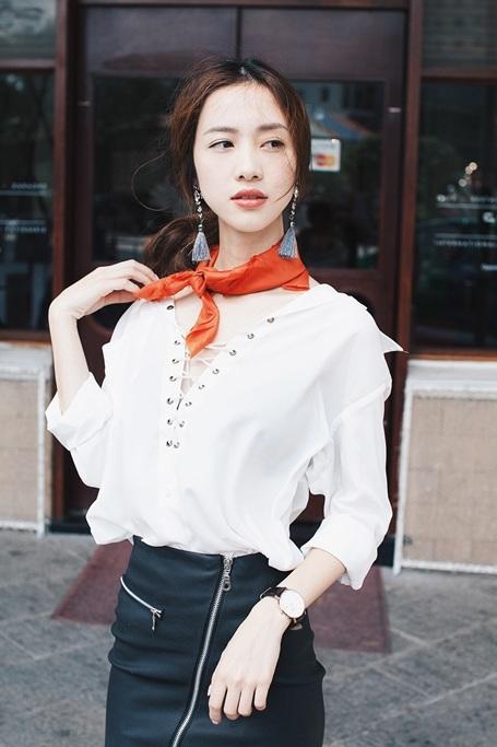 Sử dụng tông trắng – đen cơ bản, Jun Vũ không quên nhấn nhá cho bộ trang phục bằng các phụ kiện.