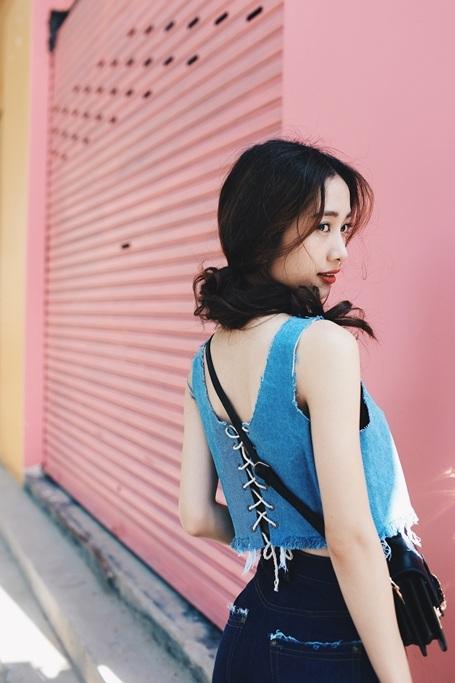 """Nữ chính trong Vẽ đường cho yêu chạy áp dụng style mix đồ """"denim-on-denim"""" cho bộ trang phục của mình."""