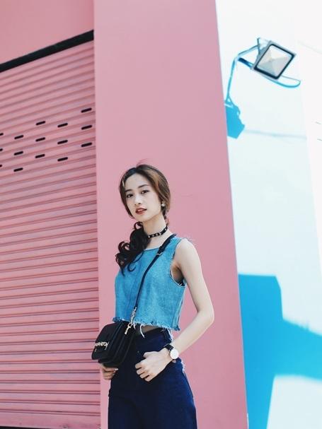 Với mẫu thiết kế croptop thắt dây mới mẻ lạ mắt kết hợp cùng trào lưu jeans ống loe mới quay trở lại từ những năm thập niên 70, Jun Vũ trông trẻ trung và năng động đúng tuổi nhưng vẫn khoe được những đường nét của cơ thể.