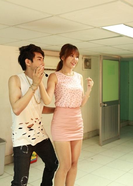 Chứng kiến cảnh bạn gái tình cảm với bạn diễn nhưng Tiến Đạt không ghen mà còn lấy máy ảnh ghi lại những khoảnh khắc diễn xuất của bạn gái.