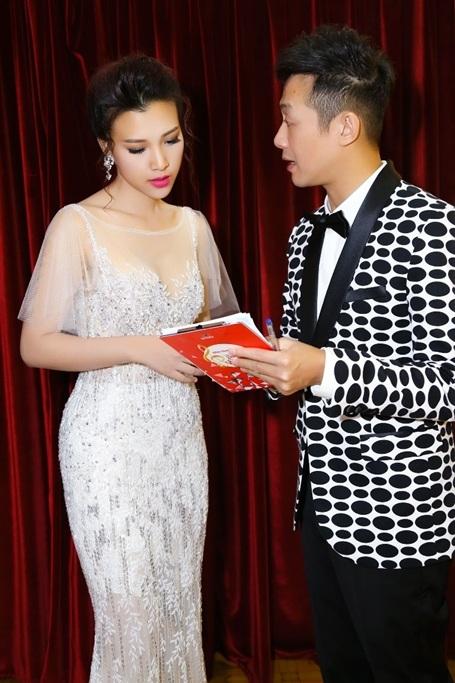 Đồng hành với Hoàng Oanh trong đêm trao giải tối qua là MC kỳ cựu Anh Tuấn. Để chuẩn bị cho chương trình, hai anh em hẹn nhau tập luyện lần cuối suốt hơn một tiếng trước khi chương trình bắt đầu.
