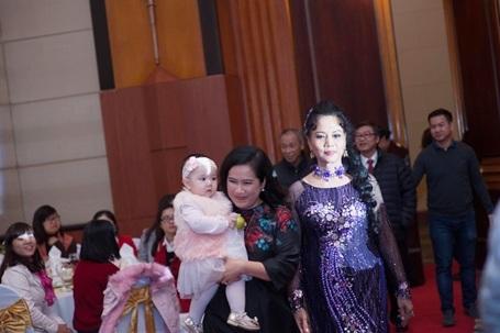 Bé Vani (Tên thật là Trang Anh) - cô con gái 9 tháng tuổi của cặp đôi rất quấn bà nội là nhà văn Nguyễn Thị Thu Huệ.