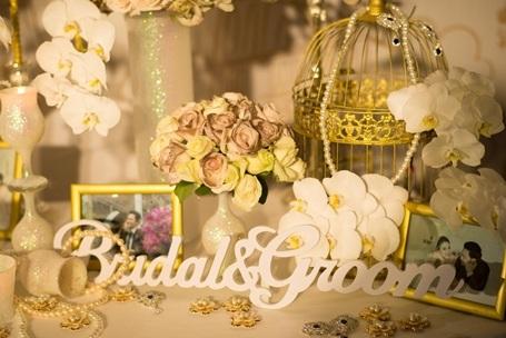 Sảnh tiệc cưới được trang hoàng lộng lẫy với những bức ảnh của cặp đôi.