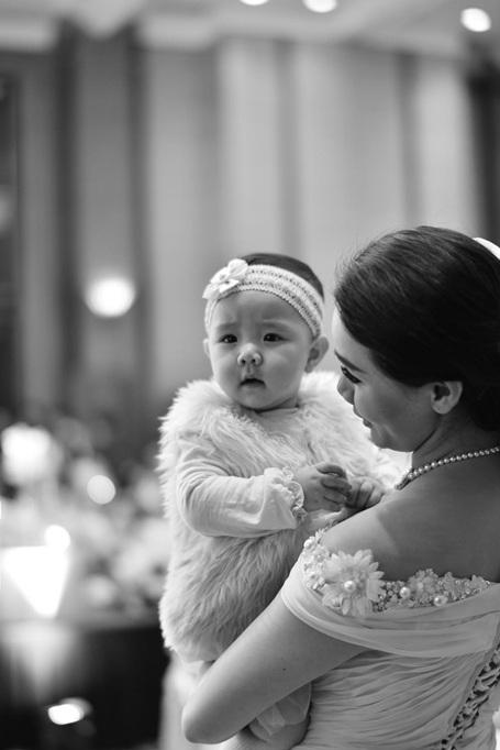 Vẻ đáng yêu, bụ bẫm của Vani khiến nhiều khách mời thích thú muốn lại gần thơm má, nắm tay bé.