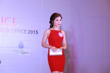 Chiếc váy dạ tiệc mà Nguyễn Thị Hằng trình diễn chính là chiếc váy của cô em gái nổi tiếng.
