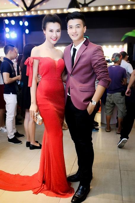 Cả hai đồng hành với nhau trong nhiều sự kiện. Huỳnh Anh luôn dành cho bạn gái sự quan tâm ân cần.