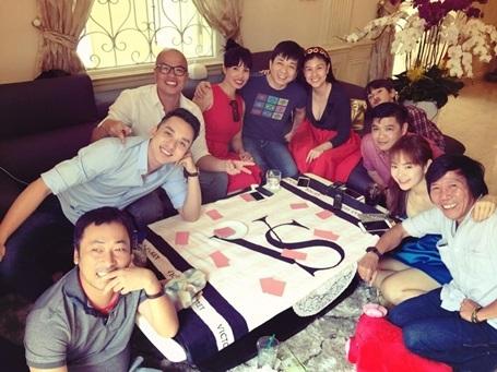 Các nghệ sỹ gặp nhau tại nhà ca sỹ, diễn viên Minh Hằng và cùng chuyện trò rôm rả, chơi tá lả vui đầu xuân.