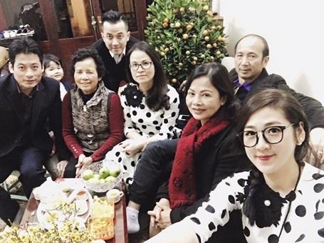 Dương Tú Anh ở bên gia đình vào thời khắc giao thừa và mùng 1 Tết để đi chúc Tết người thân, họ hàng.