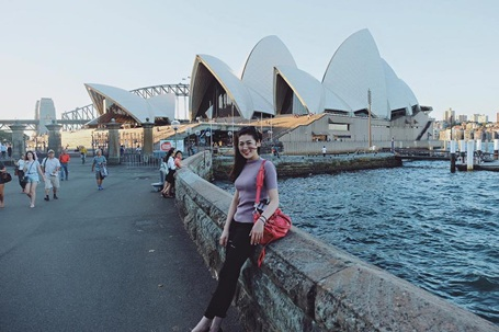 Cô tới thăm nhiều điểm du lịch nổi tiếng của Australia như cầu cảng Sydney.