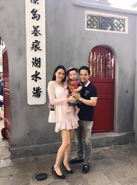 Bé được ba mẹ cho đi thăm thú những địa điểm nổi tiếng của Thủ đô Hà Nội.