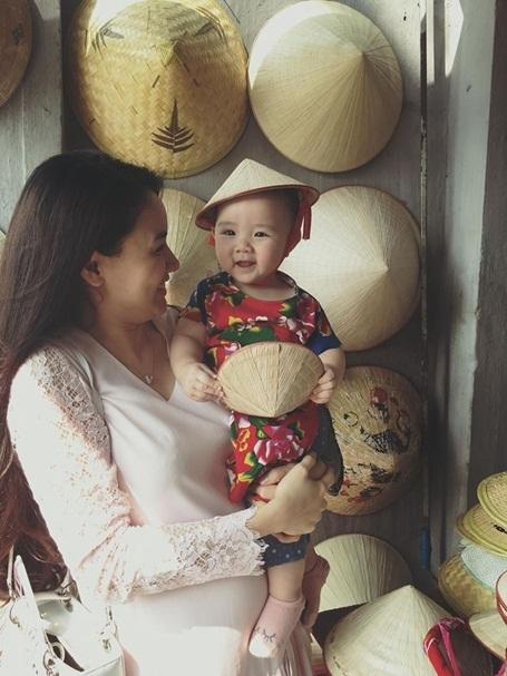Lần đầu được đội nón lá, Vani tỏ ra rất thích thú.