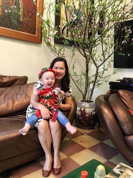 Người mẫu, diễn viên Trang Nhung kể mẹ chồng cô là người hay dạy Vani làm trò nhất nhà. Cô bé rất quấn bà.