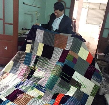 Chăn thêu họa tiết họa sen - một trong những mặt hàng xuất khẩu được thị trường Hàn Quốc ưa chuộng.
