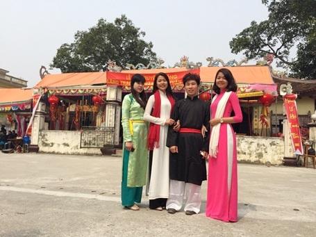 Phương Ly (áo dài trắng) cùng các bạn về làng trong ngày Lễ hội.