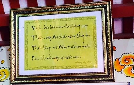 Những vần thơ được trưng bày tại Đền thờ bà Nguyễn Thị Sen - Tổ nghề may.