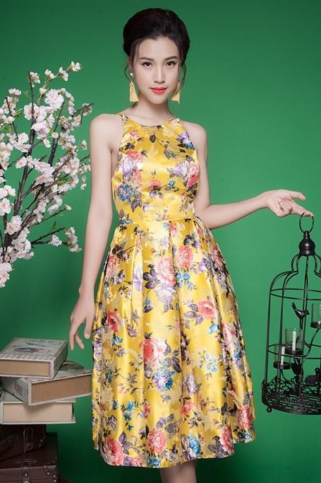 Những bộ váy mà Hoàng Oanh diện phần lớn đều lấy chất liệu gấm thêu - in họa tiết làm chủ đạo.
