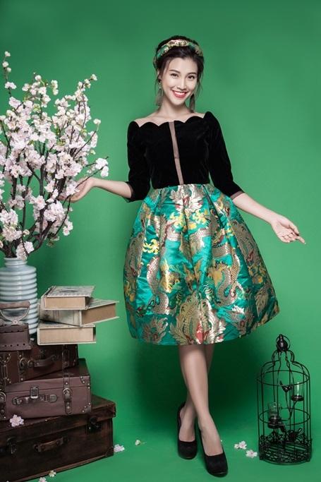 Thiết kế váy khoét sâu, chân váy xòe, áo trễ vai là những phom dáng hiện đại. Nhưng cái hồn của bộ trang phục lại đến từ những kỹ thuật in, thêu trên nền vải nhuộm phức tạp.