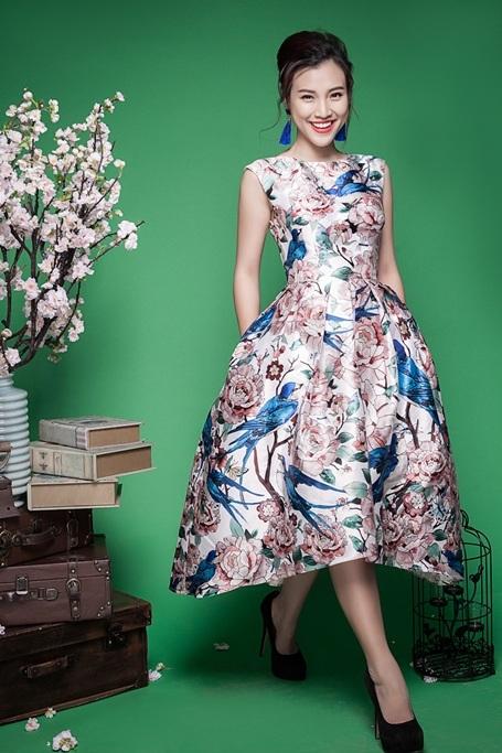 Yếu tố trang phục đã phần nào giúp Hoàng Oanh hiện lên như một thiếu nữ trong tranh vẽ. Bộ trang phục toát lên hơi thở mùa xuân.